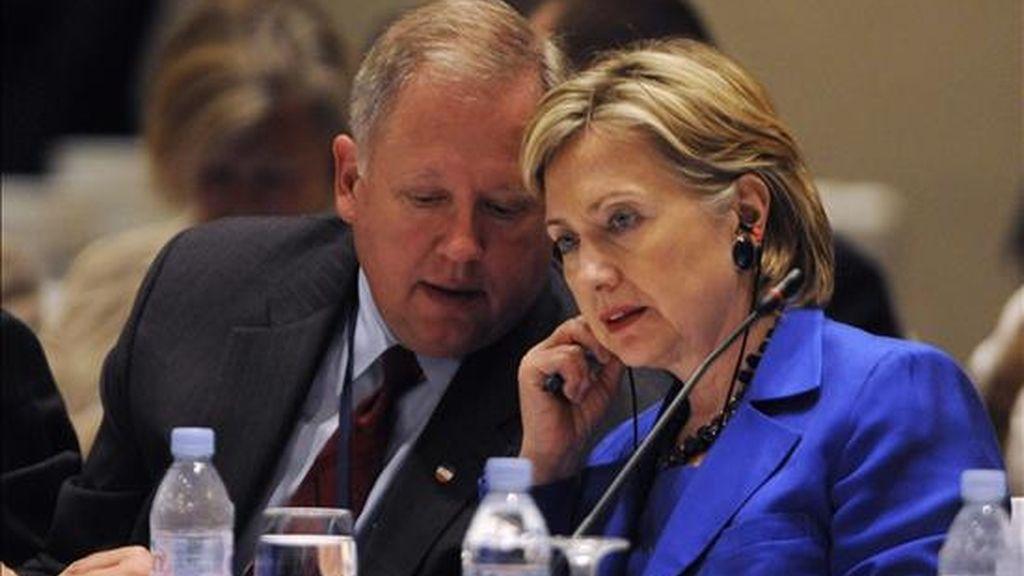 """La secretaria de Estado de EE.UU., Hillary Clinton (d), conversa con el secretario adjunto para Asuntos del Hemisferio Occidental, Thomas Shannon (i) durante la segunda reunión de la iniciativa """"Caminos para la prosperidad"""". EFE"""