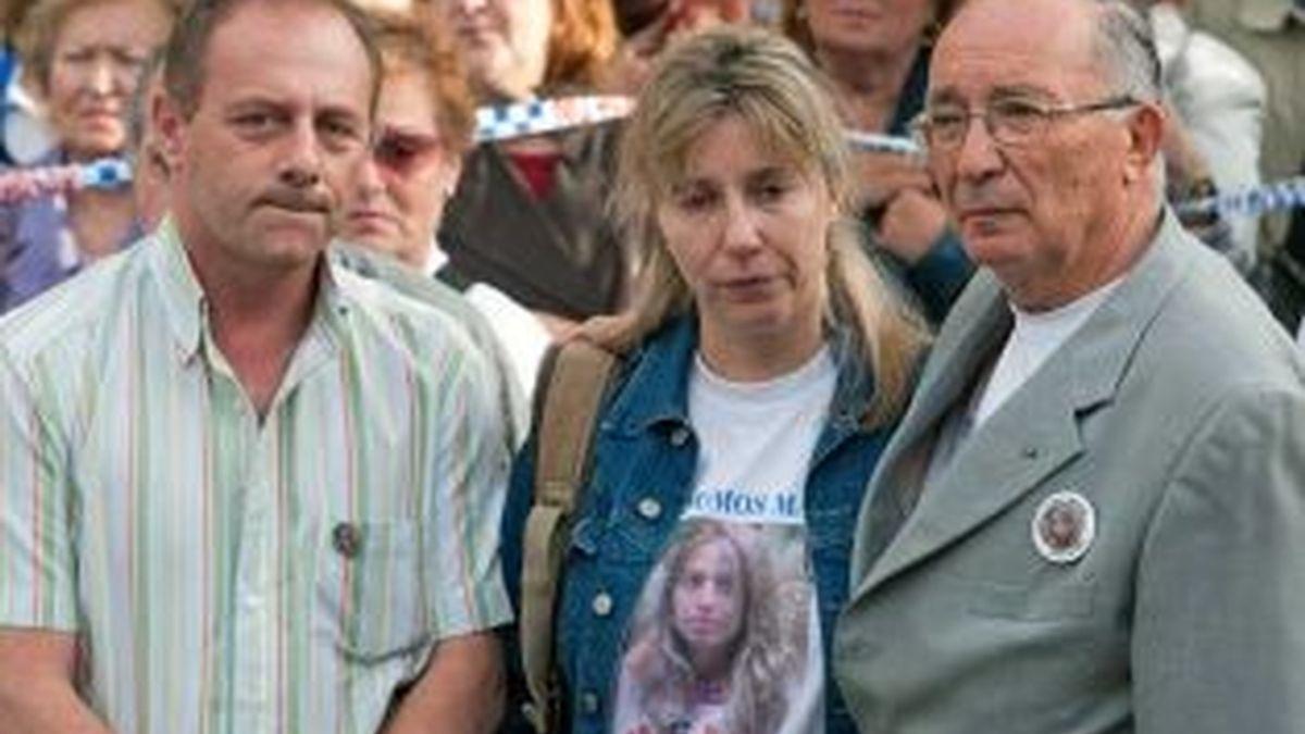 os padres de Marta del Castillo, Antonio y Eva, y el abuelo de la niña asesinada, Antonio Casanueva, durante una concentración convocada por la plataforma 'Todos somos Marta'. Foto: EFE