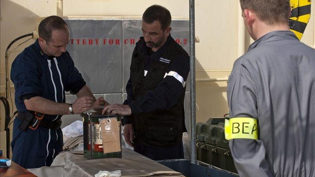 Fotografía distribuida el domingo 2 de mayo por la Oficina de Investigación y Análisis (BEA) que muestra a técnicos de este organismo con una de las cajas negras del vuelo Río de Janeiro-París que se estrelló en junio de 2009 con 228 personas a bordo, tras ser encontrada en aguas del Atlántico. EFE
