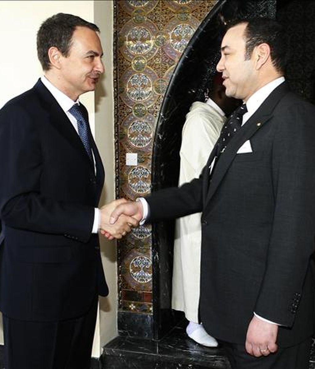 El presidente del Gobierno español, José Luis Rodríguez Zapatero (i), saluda al Rey Mohamed VI de Marruecos, durante la audiencia ofrecida por el monarca en el Palacio Daar Es Salam de la capital marroquí tras concluir la VIII Reunión de Alto Nivel entre los dos países centrada en las relaciones económicas y las inversiones, la inmigración y el futuro del Sahara Occidental. EFE/Archivo