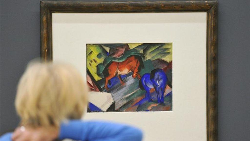 """Una muejr observa la obra """"Caballo Rojo y Azul"""", del artista alemán Franz Marc, durante la exposición 'El Jinete Azul', un movimiento compuesto por artistas como Vasili Kandinski, Franz Marc, August Macke o Paul Klee. EFE/Archivo"""