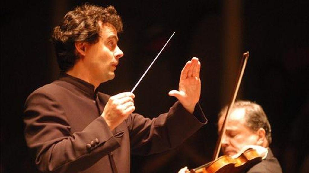 El director Orquesta Sinfónica Nacional Alejandro Posada (i) y el primer violinista Carlos Villa (d) encabezaron el penúltimo concierto del 41 Festival de Música Religiosa de Popayán. EFE/Archivo