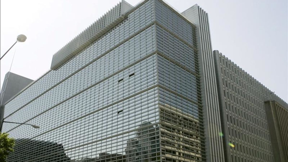 Vista exterior de la sede del Banco Mundial (BM) en Washington, Estados Unidos. El BM indicó que la inestabilidad en la zona euro es una de las grandes amenazas para la economía mundial, que crecerá un 3,3 por ciento este año y un 3,6 en 2012 impulsada por el empuje de los países en desarrollo. EFE/Archivo