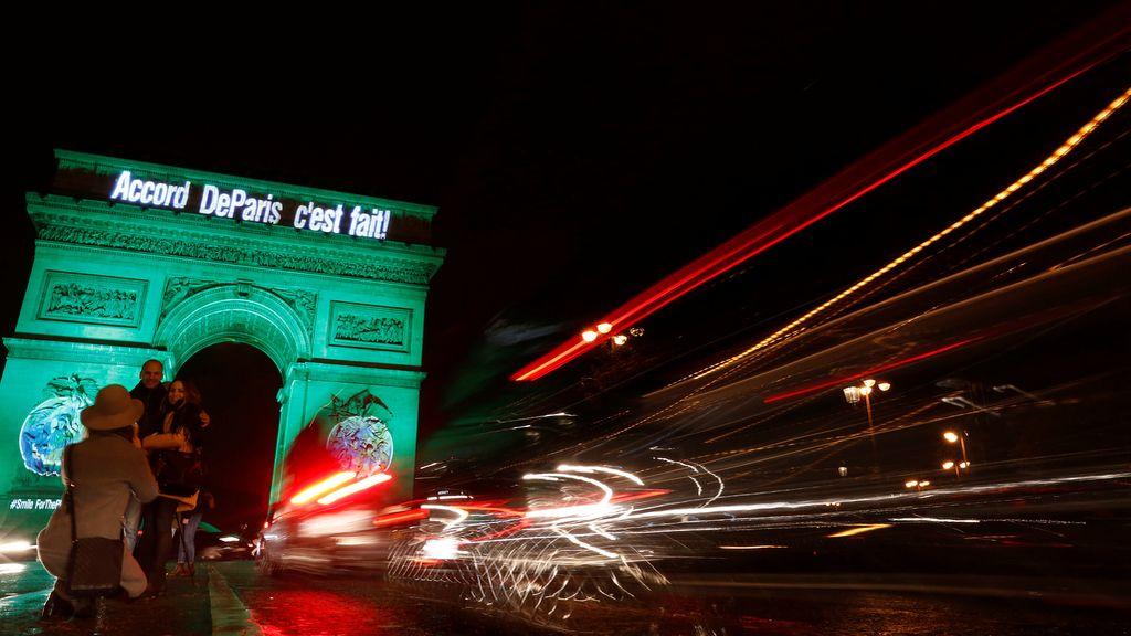 El Arco del Triunfo celebra el acuerdo contra el cambio climático