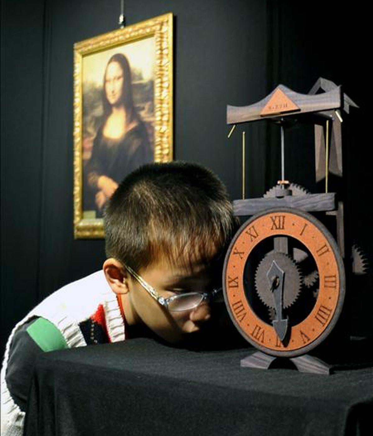 """En la imagen, un niño observa la """"Maquinaria para un reloj"""", maqueta diseñada por Leonardo da Vinci, mientras visita la feria de arte y ciencia Leonardo da Vinci en la ciudad de Hangzhou, en la provincia oriental china de Zhejiang. EFE/Archivo"""