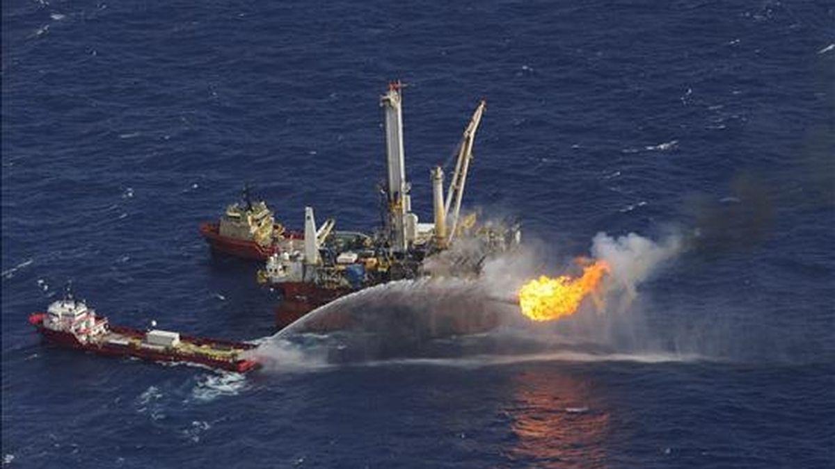 """Vista del Q4000 """"oil rig"""" en aguas contaminadas de petróleo en el sitio del accidente del pozo Deepwater Horizon de la multinacional petrolera BP en la costa de Luisiana (EEUU). EFE"""