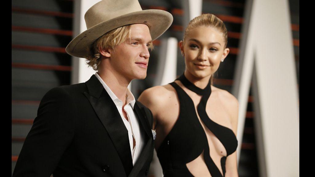 El cantante Cody Simpson y la modelo Gigi Hadid, en la 'after party' de los Oscars