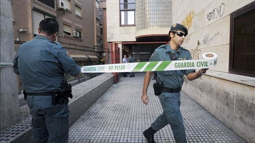 Varios agentes de la Guardia Civil en la Gerencia de Urbanismo de Murcia desde donde ha sido trasladado el director de la Gerencia, Alberto Guerra, detenido ayer en el marco de una investigación policial sobre presuntas irregularidades urbanísticas, hasta el cuartel de la Guardia Civil. EFE