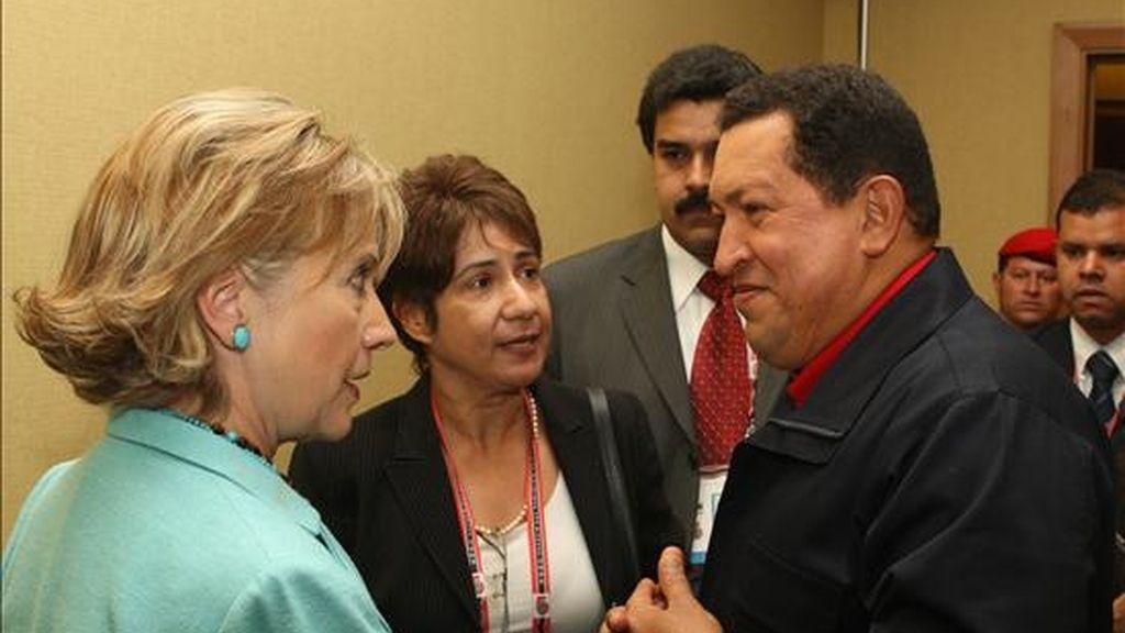 El Presidente de Venezuela Hugo Chávez conversa con la Secretaria de Estado de EEUU Hillary Clinton durante la V Cumbre de las Américas que se celebró en Puerto España, Trinidad y Tobago. EFE