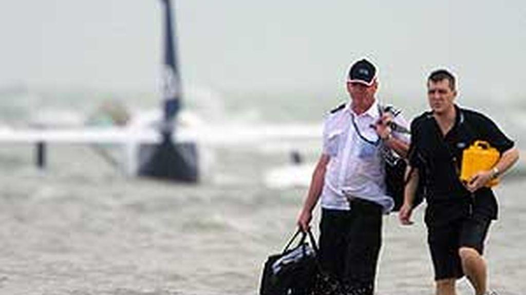 El piloto Steve Bolle y un pasajero caminan hacia la playa tras el aterrizaje forzoso. Foto:AP