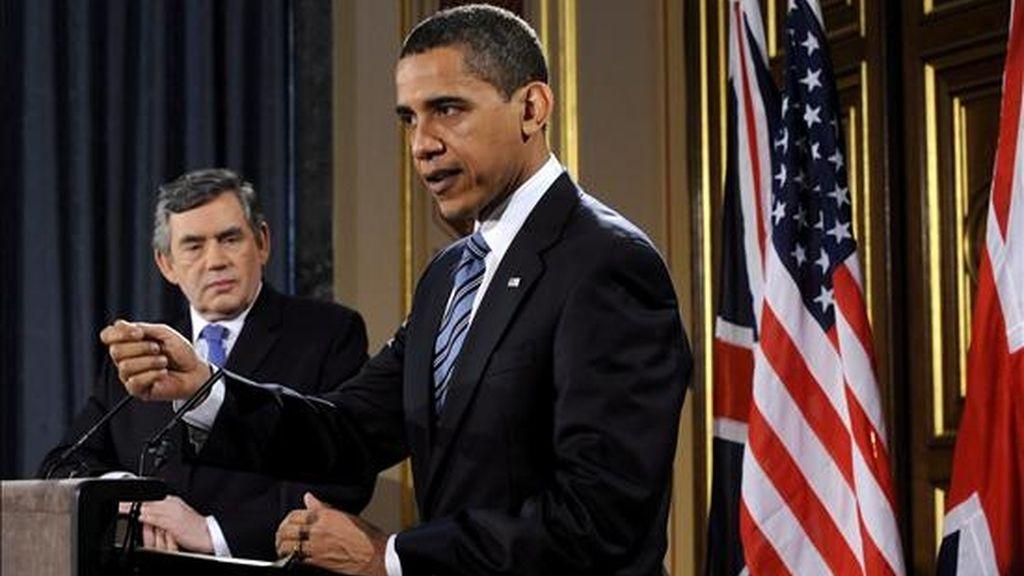 El presidente de Estados Unidos, Barack Obama (d), habla durante una rueda de prensa mantenida junto al primer ministro británico, Gordon Brown, al término de su reunión hoy Downing Street, Londres (Reino Unido). El encuentro tiene lugar la víspera de la cumbre del G-20 en la capital británica, cuyo objetivo es buscar una solución a la crisis económica mundial y a la recesión. EFE