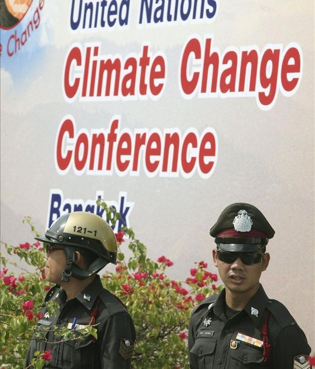 Dos policías resguardan el centro de conferencias donde se celebra la reunión de la ONU sobre el cambio climático, en Bangkok, Tailandia. EFE