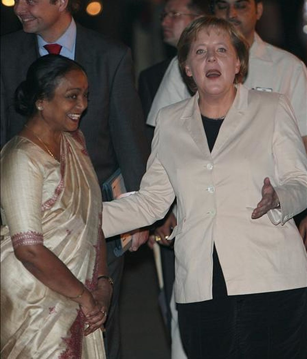 Imagen tomada en la 2007 en la que aparece la canciller alemana Angela Merkel (d) y la entonces  ministra india de Justicia Social , Meira Kumar,  (i) durante la visita oficial que Merkel efectuó a la India. EFE/Archivo