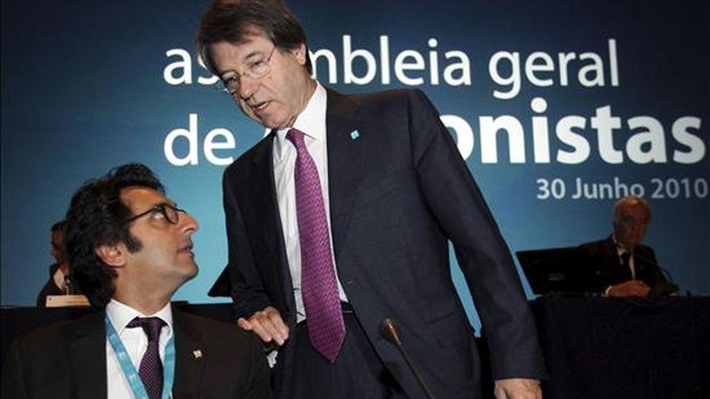 En la foto, el presidente del consejo de administración de Portugal Telecom, Henrique Granadeiro (d), conversa con el presidente ejecutivo de la compañía, Zeinal Bava (i). EFE/Archivo