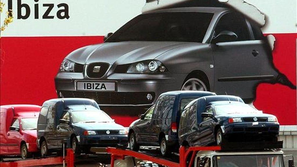 Un camión cargado de diferentes modelos de coches sale de la factoria de SEAT en Martorell. EFE/Archivo