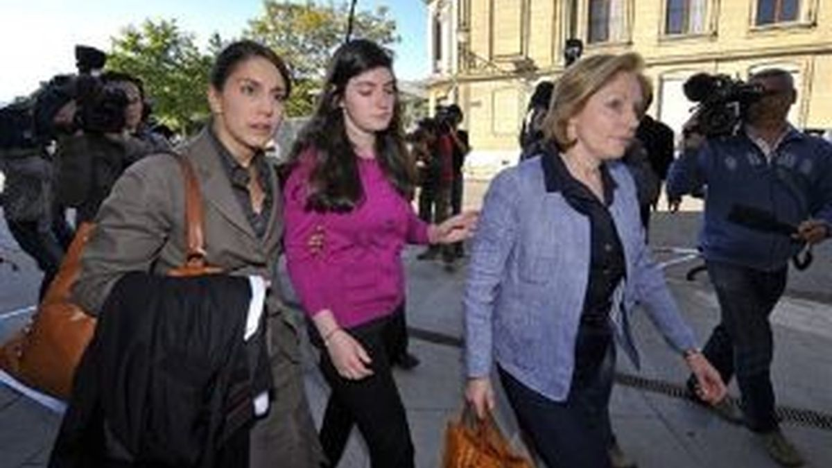 La ex esposa de Stern y una de sus hijas a la entrada del tribunal donde se sigue el proceso contra Cecile Brossard, asesina confesa del banquero Edouard Stern.