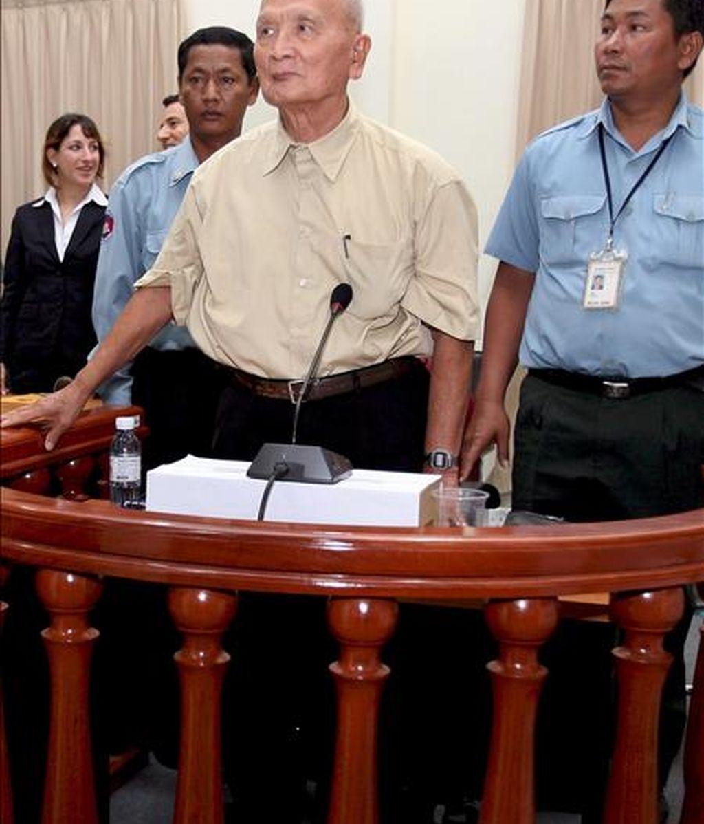 El ex líder del Jemer Rojo Nuon Chea (2-d), es fotografiado en la Cámara Extraordinaria de las Cortes de Camboya (ECCC), en Phnom Penh. EFE/Archivo
