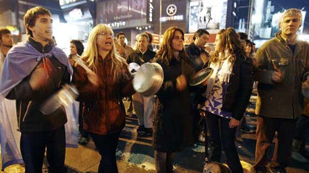 Vecinos del barrio porteño de Belgrano se congregan para realizar una protesta contra la presidenta Cristina Fernández. Foto: EFE