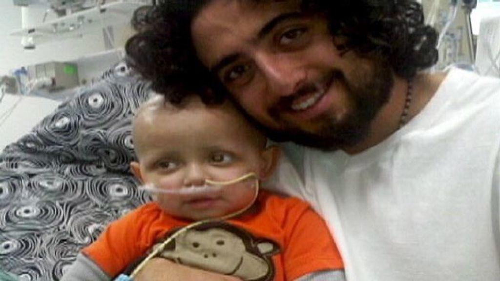 El pequeño Cash de 2 años sufría un cáncer de cerebro en fase 4. Su padre utilizó con éxito la marihuana para ayudar a su recuperación tras un intenso tratamiento de quimioterapia que puso en riesgo sus órganos. Foto ABCBNews.
