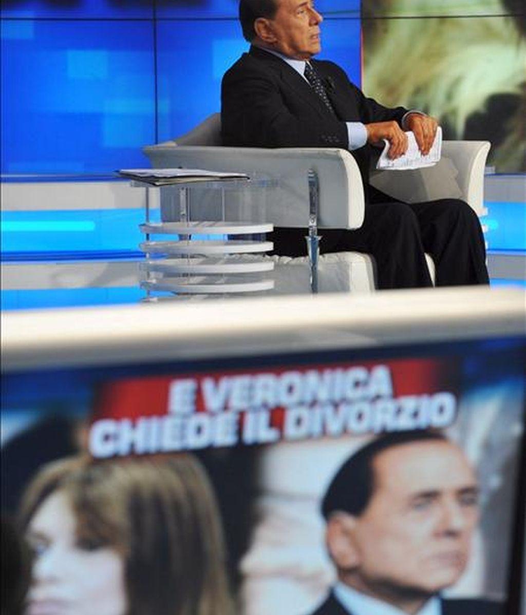 El primer ministro italiano Silvio Berlusconi durante su participación en el programa de la televisión pública italiana RAI1, 'Porta a porta', el pasado mes de mayo, en el que habló de la petición de divorcio de su esposa. EFE/Archivo