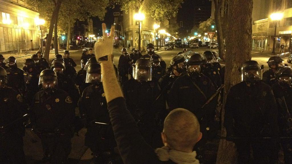 Manifestantes del movimiento 'Occupy Oakland' protestan contra el poder de las empresas y los mercados financieros internacionales sobre los gobiernos nacionales