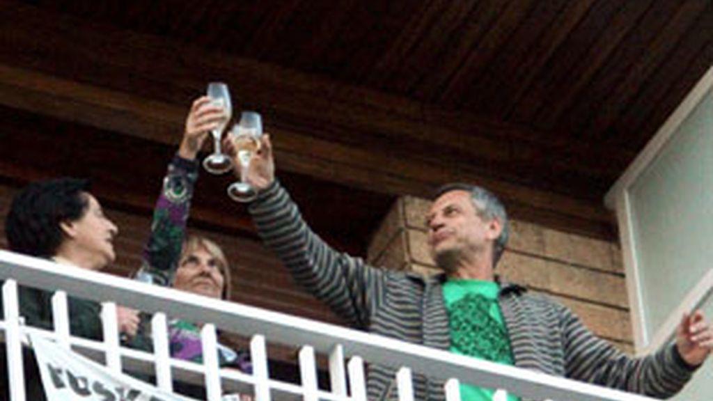 Sagarduy brinda en el balcón de su casa de Amorebieta después de salir de prisión. Vídeo: Informativos Telecinco.