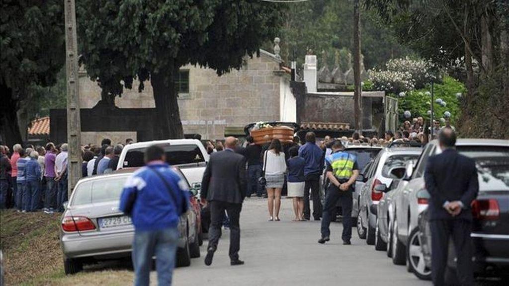 Centenares de personas dan su último adiós a la menor de Carral fallecida en el accidente de rally
