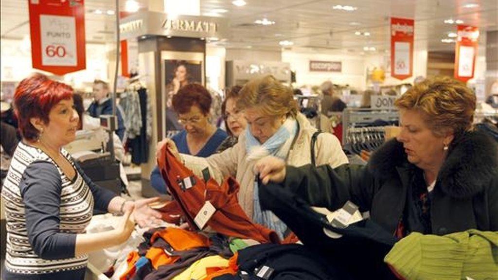 Los consumidores aprovechan para realizar compras en las grandes superficies y comercios durante las rebajas. EFE/Archivo