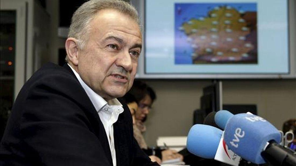 El conselleiro de Presidencia, José Luis Méndez Romeu, durante la rueda de prensa que ofreció en las instalaciones de Emergencias 112 de Santiago de Compostela. EFE