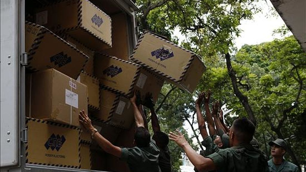 Soldados descargan material electoral de un camión  en Caracas (Venezuela). Las Fuerzas Armadas comenzaron a desplegarse por los 12.000 centros de votación del país para preservar la seguridad de cara a las elecciones legislativas. EFE