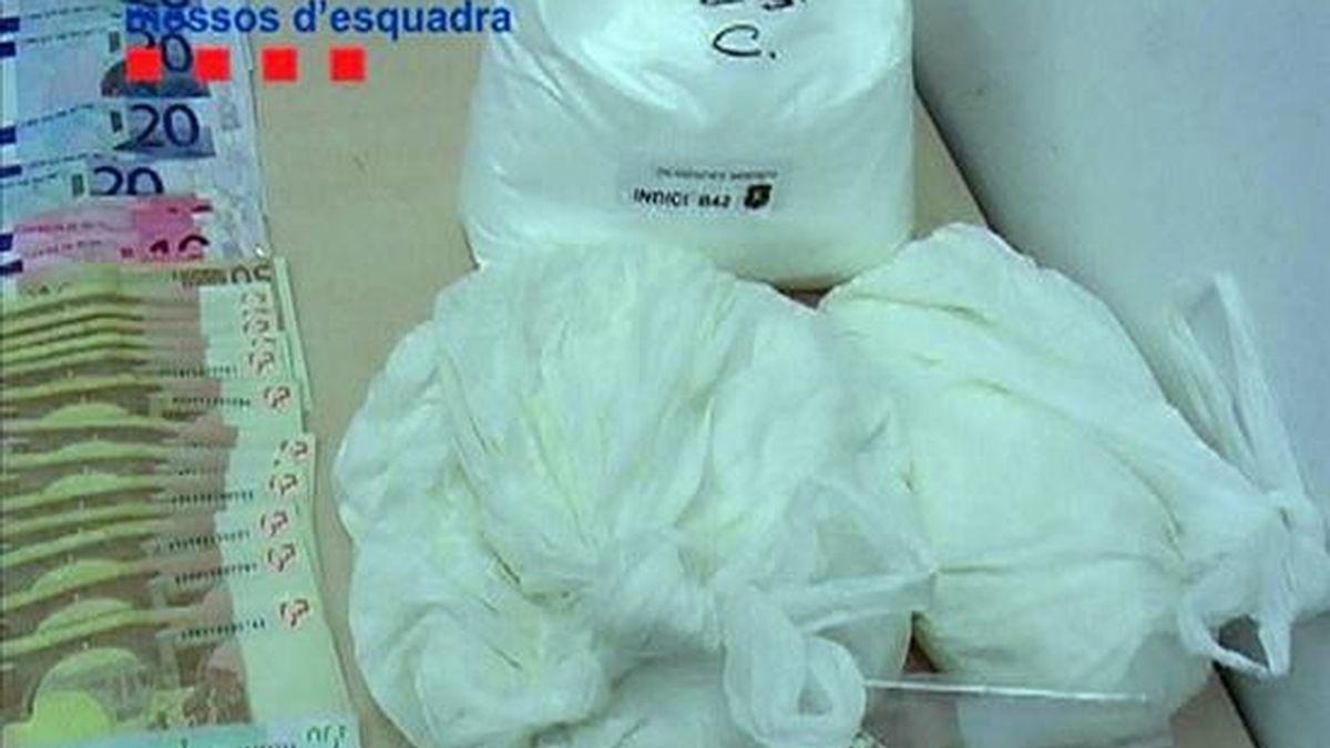 """Imagen facilitada por la policía autonómica """" Mossos d'Esquadra """" que han desarticulado dos puntos de distribución de droga y han detenido a 16 personas acusadas de un delito contra la salud pública, por su presunta participación en la elaboración y comercialización de droga en varios barrios de Barcelona y Santa Coloma de Gramenet. EFE/Mossos d'Esquadra"""