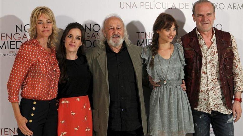"""El cineasta Montoxo Armendáriz (c), junto a los actores Michelle Jenner (2d), Lluis Homar, Nuria Gago (2i) y Belén Rueda, durante la presentación de su nueva película, """"No tengas miedo"""", la historia de una joven que lucha por recuperar su dignidad y superar las secuelas que le produjeron los abusos que sufrió en la infancia. EFE"""