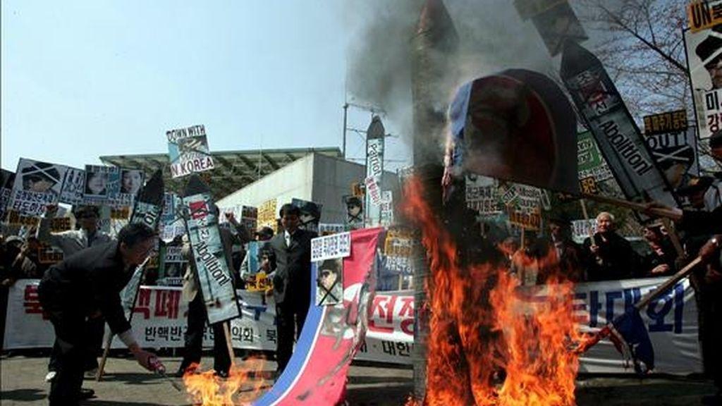 Activistas surcoreanos queman banderas y retratos del líder norcoreano, Kim Jong-Il, durante una manifestación contra Corea del Norte, en Seúl (Corea del Sur), el 2 de abril de 2009. Pyongyang ha desplegado una flota completa de jets de combate MiG-23 para prevenir cualquier intento extranjero de impedir el lanzamiento en los próximos días de un cohete. EFE