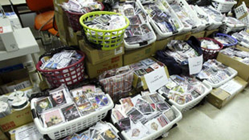 La Policía se han incautado de cientos de miles de copias musicales y videográficas preparadas para su distribución. Foto. EFE.