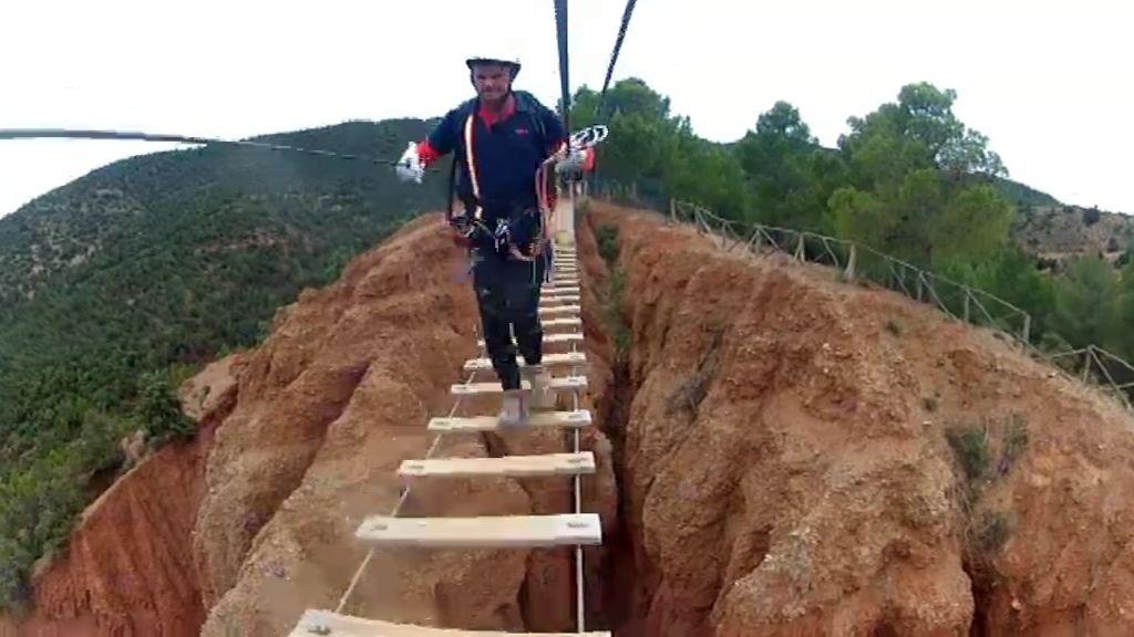 Los expedicionarios tienen que cruzar un espectacular puente colgante para llegar al Premium