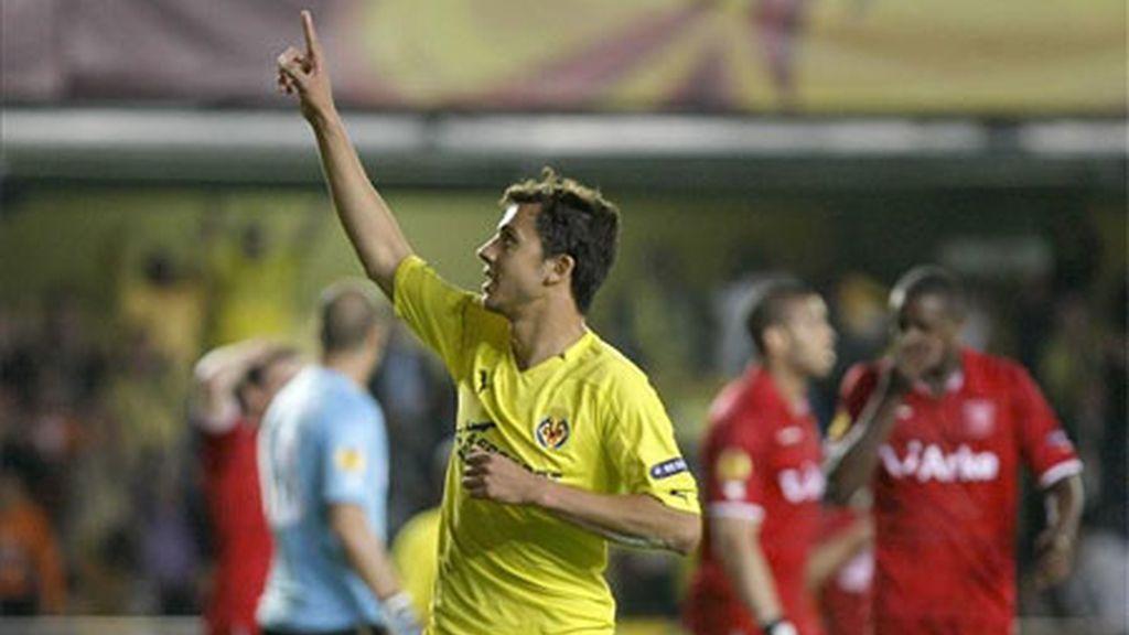 El delantero brasileño del Villarreal, Nilmar Honorato da Silva celebra el gol que ha marcado ante el Twente holandés, el tercero del equipo.Vídeo: Informativos Telecinco