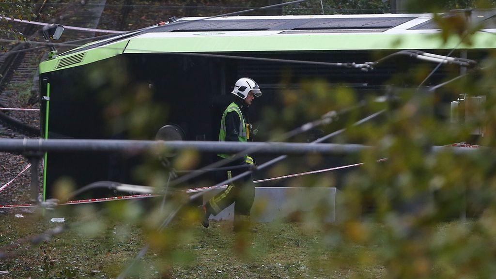 Una docena de heridos al volcarse un tranvía en Londres