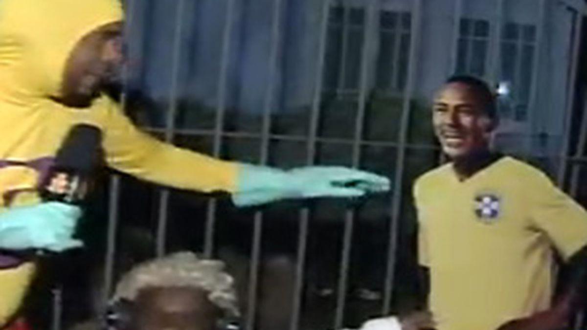 Los humoristas se presentaron en casa de Dunga con una foto a tamaño natural de Neymar. FOTO: Record.