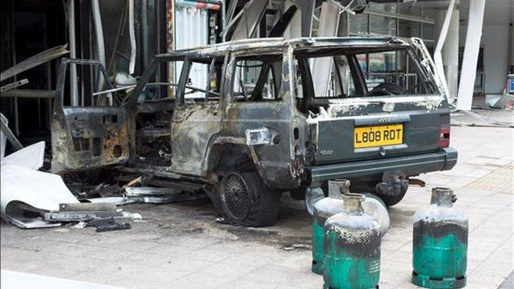 Fotografía de archivo cedida por la policía que muestra el Jeep Cherokee utilizado en un ataque contra el aeropuerto de Glasgow el 30 de junio del 2007. EFE/Archivo