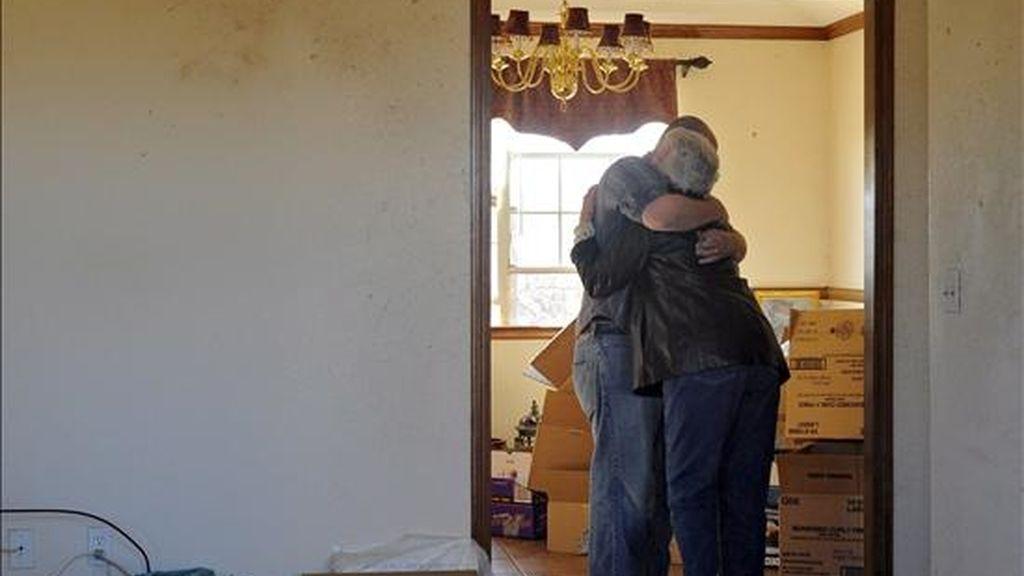 Miembros de una familia se abrazan en lo que queda de su hogar, tras el paso de un tornado por la pequeña ciudad de Lone Grove, en Oklahoma, (EE.UU.). EFE