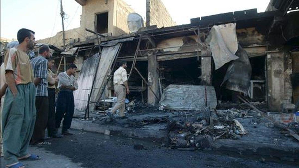 El lugar del atentado con coche bomba perpetrado ayer en Kirkuk (Irak). EFE