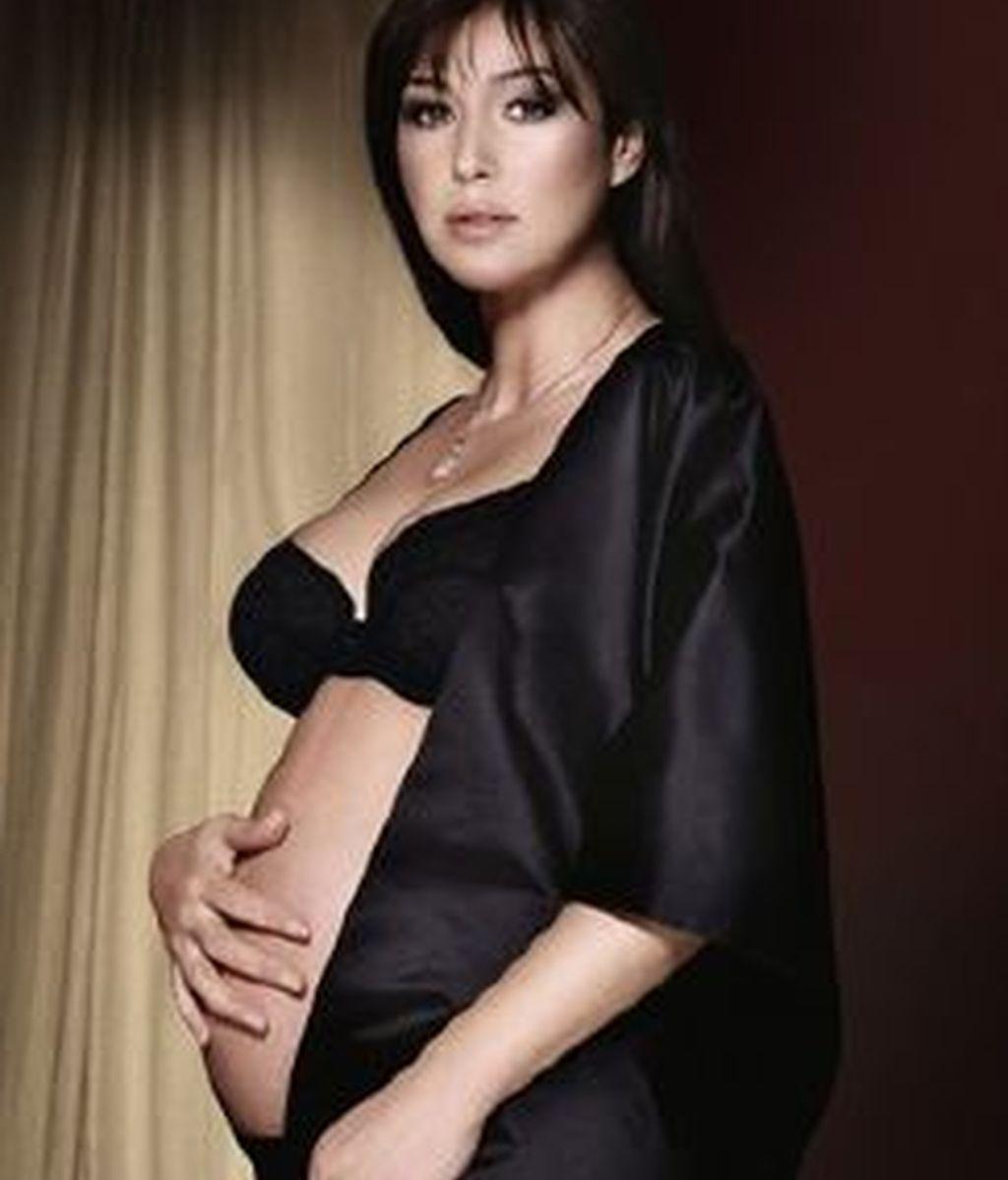 La actriz Monica Belluci en la portada de la revista 'Vanity Fair' luce su embarazo a los 45 años. Foto Vanity Fair.it