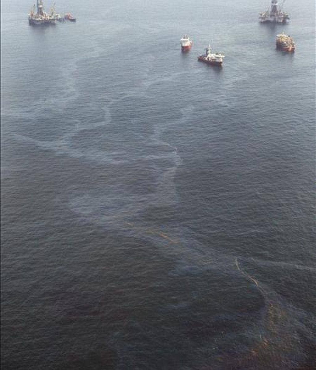 Vista del rastro brillante de petróleo que quedó tras varios buques que trabajaban el domingo en el pozo principal de alivio en el sitio del Deepwater Horizon en el Golfo de México, Luisiana (EEUU). EFE