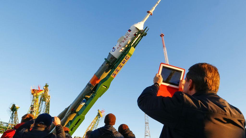 El cohete lanzador Soyuz-FG que sacará a órbita una nave con tres astronautas