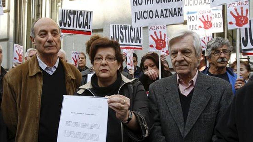 """Miembros de la plataforma """"Juicio a Aznar"""", entre ellos, el secretario general del PCE, Francisco Frutos (i), durante el acto en el que presentaron en el Tribunal Supremo una querella contra el ex presidente del Gobierno español José María Aznar por su apoyo a la guerra de Irak. EFE"""