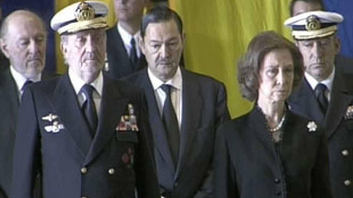 Los Reyes presiden del funeral por los militares fallecidos. Vídeo: Informativos Telecinco