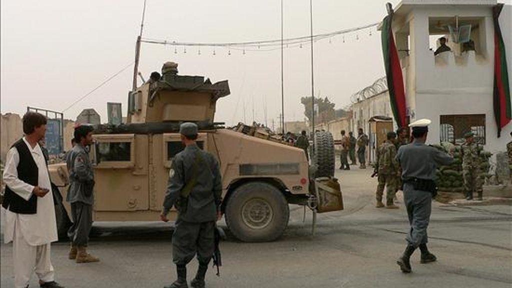 Soldados estadounidenses y policias afganos vigilan las afueras de una comisaría de la sureña ciudad de Kandahar después de un doble ataque suicida. EFE/Archivo