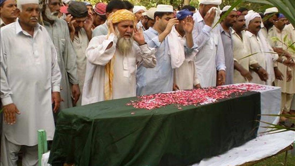 Soldados paquistaníes y familiares del teniente Zishan Said, muerto ayer en una emboscada de insurgentes talibanes, durante su funeral en Dera Ismail Khan. EFE