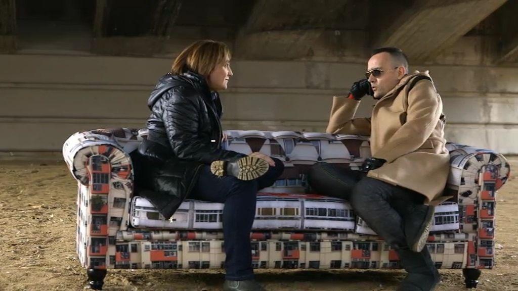 Ada Colau y Risto charlan debajo de un puente