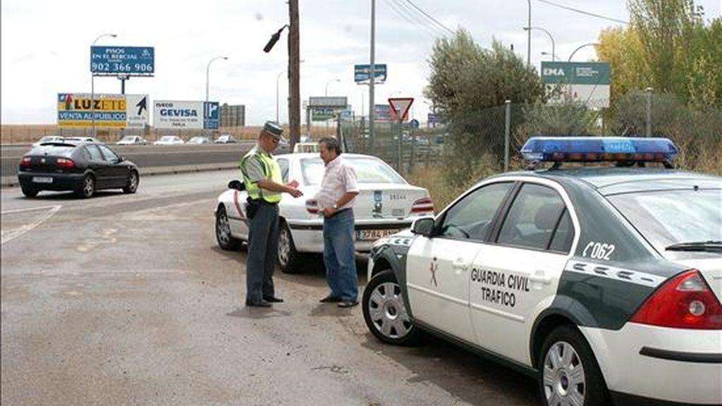 Un guardia civil observa el carnet de un conductor en un control de tráfico en Madrid. EFE/Archivo